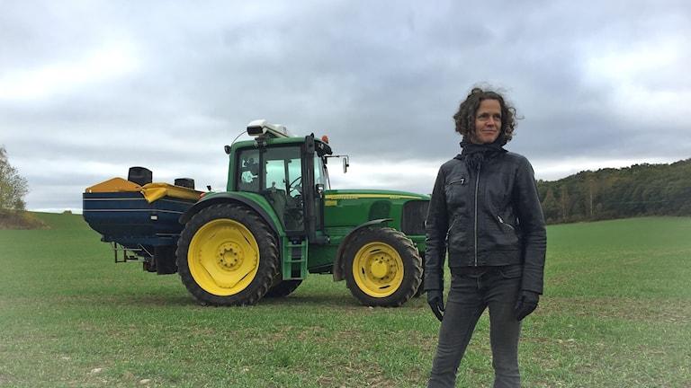 Johanna Byström Sims vid traktorn.