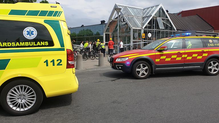 En ambulans och en bil från räddningstjänsten står utanför entrén till Asecs.