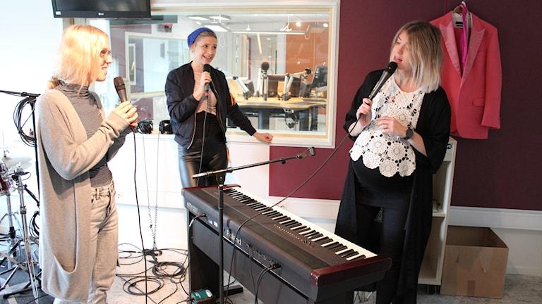 Artisterna sjunger i studion.