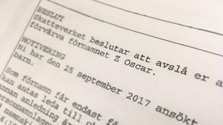 """Närbild på ett papper där det står: """"Skatteverket beslutar att avslå er ansökan om att ert barn ska förvärva namnet Z Oscar."""""""