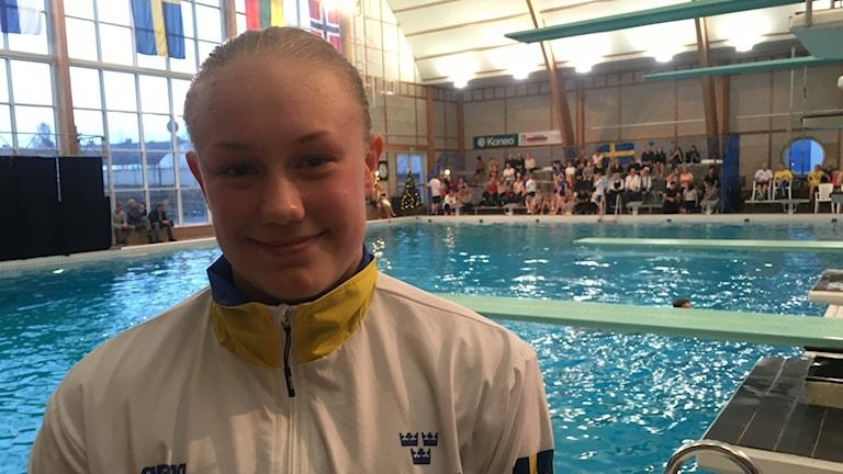 Emma Gullstrand står vid hoppbassängen.