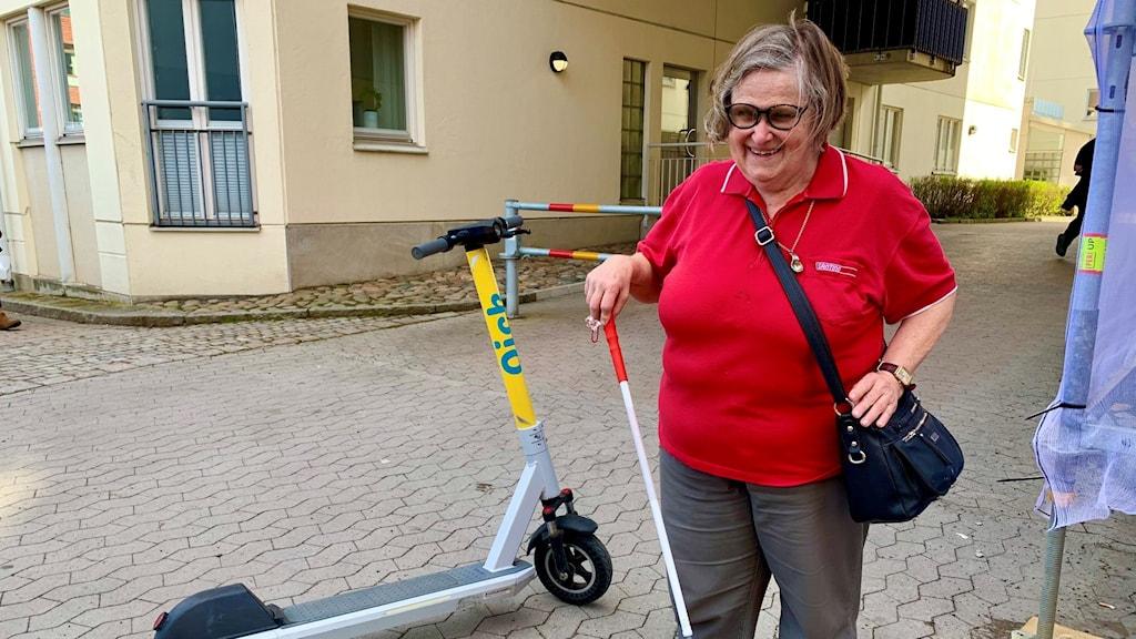 Anita Svenningsson, Synskadades riksförbund, bredvid en elsparkcykel.