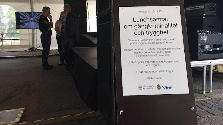 Skylt om lunchsamtal om gängkriminalitet och trygghet i Värnamo.
