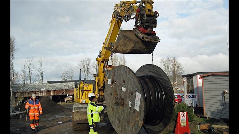 Eon drar kabel vid vägbygge (foto: Mattias Sundler/SR)