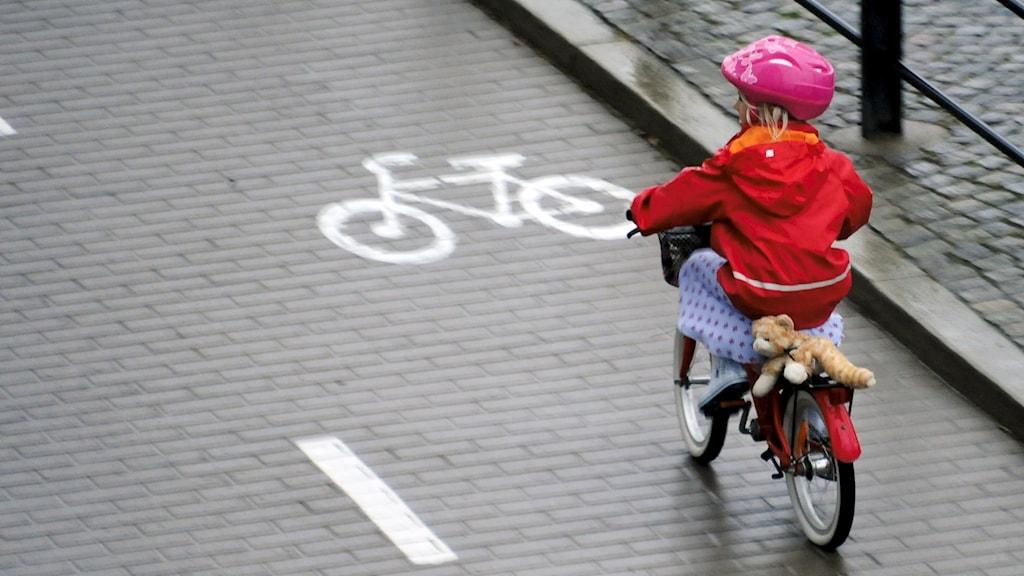 Ett barn som cyklar