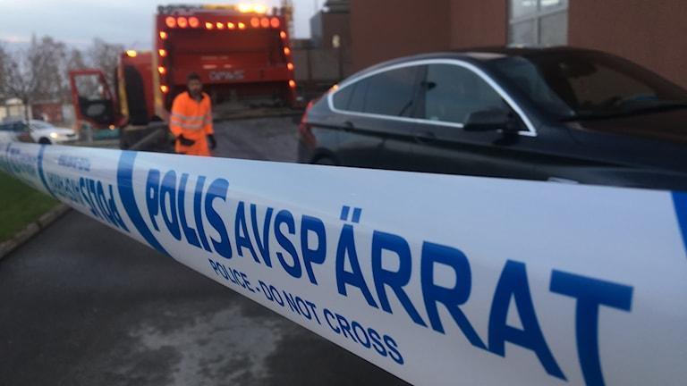 Bilbärgning vid akuten i Värnamo efter skottlossning 27 april. Foto: Oskar Mattisson/Sveriges Radio.