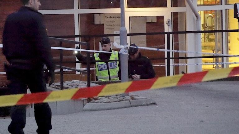 Poliserna tittar på det misstänkta föremålet utanför ett gym i Tranås.
