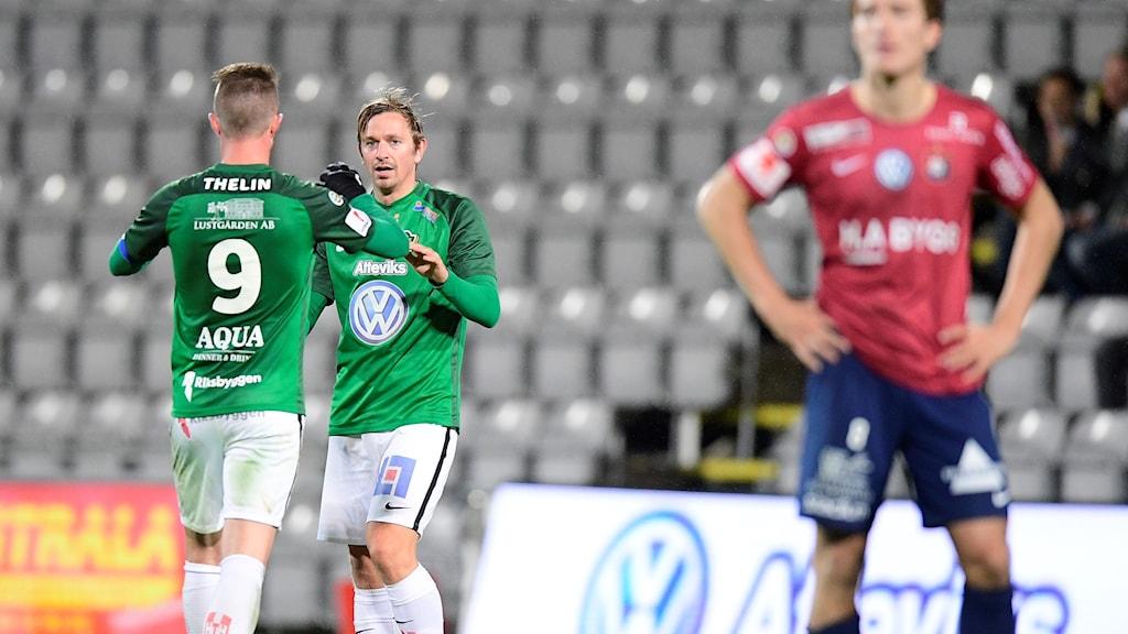 Målskytten Fredrik Olsson och Tommy Thelin efter J-Södras kvittering till 2-2.