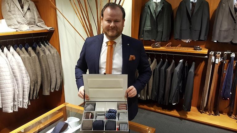 Henrik Jerkinger visar upp en låda med slipsar.