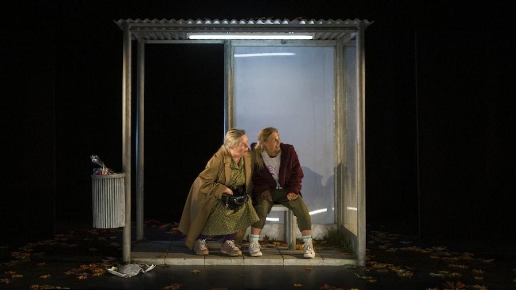 Liselott Lindeborg och Emmi Carlton i en busskur i pjäsen Silver star.