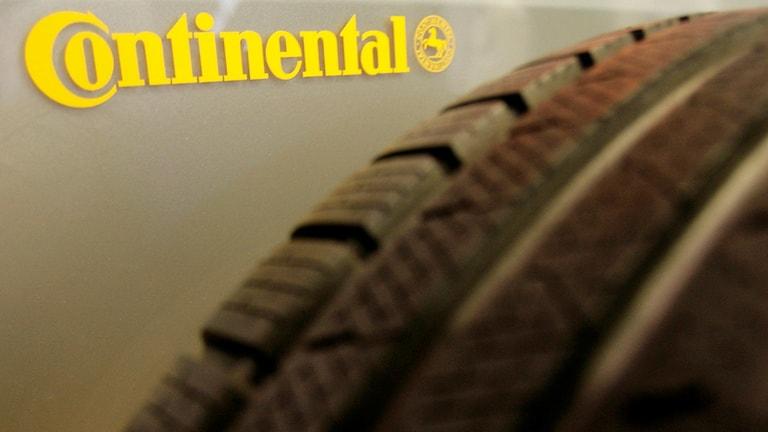 Ett däck och Continental-loggan i bakgrunden.
