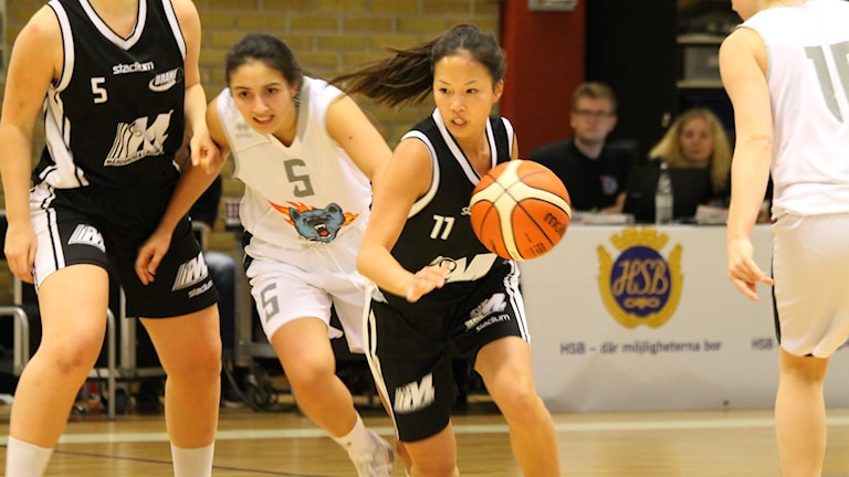 Brahe Baskets Lena Phung med bollen.