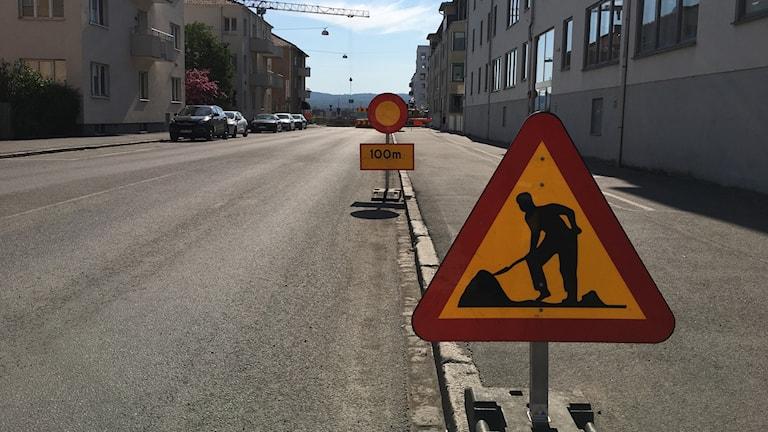 Vägskyltar visar att gata på Torpa är avstängd.