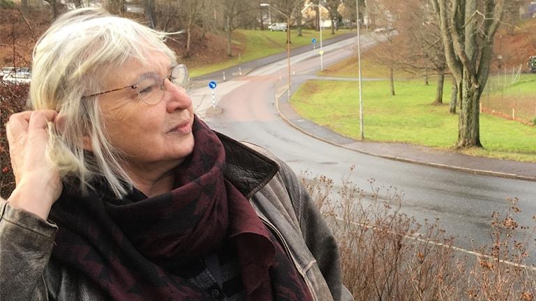 Lena Nilsson drar handen genom håret.