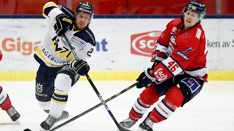 HV:s Mattias Tedenby mot Linköpings Mathis Olimb under fredagens SHL-match mellan Linköping HC och HV71 i Saab Arena.