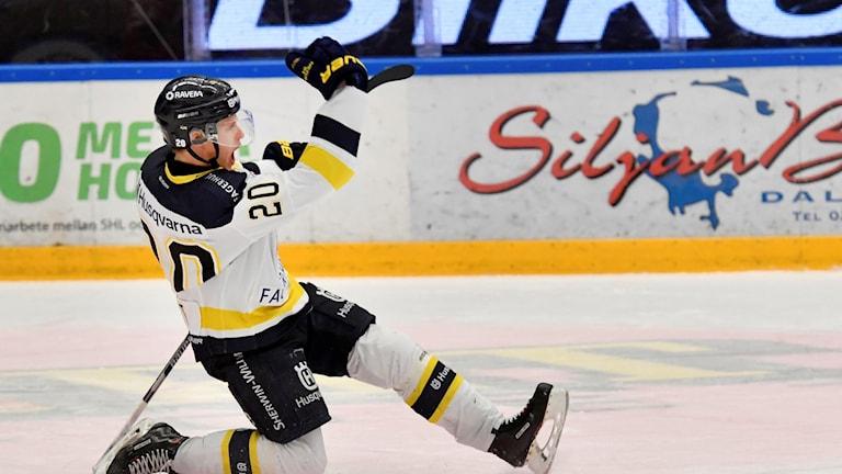 Lawrence Pilut jublar efter att gett HV ledningen med 2-1 i spel fem mot tre under torsdagens ishockeymatch i SHL mellan Mora IK och HV71 i Jalas Arena.