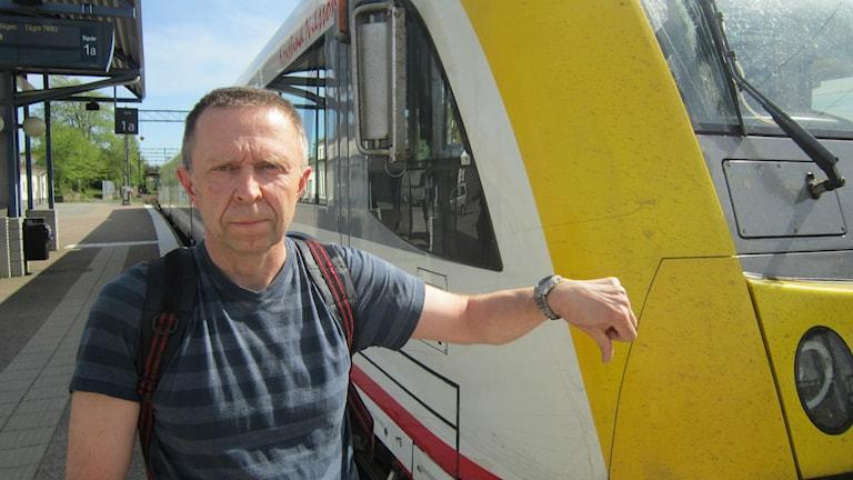 Anders Pähn framför ett tåg.