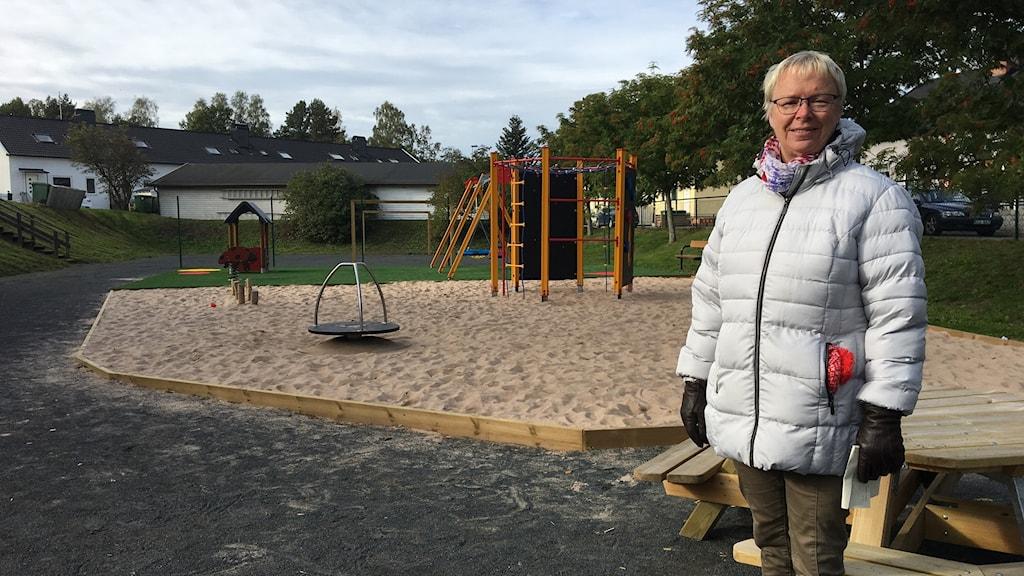 Elisabeth Hedfors, en av dem som bor på området framför den nya lekplatsen.