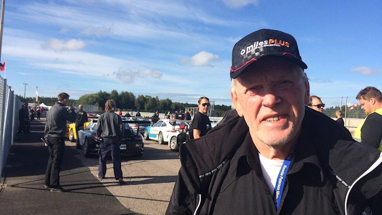Ove Eriksson håller ordning och reda i depån på motorbanan.