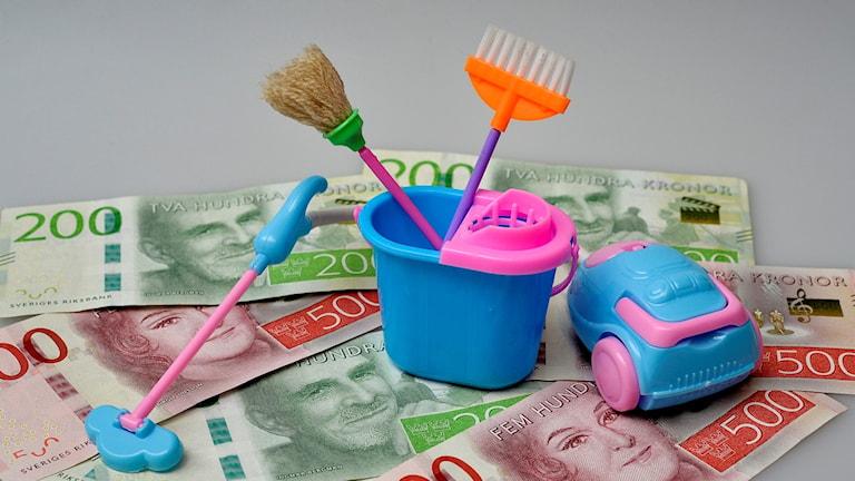 Städverktyg och pengar.