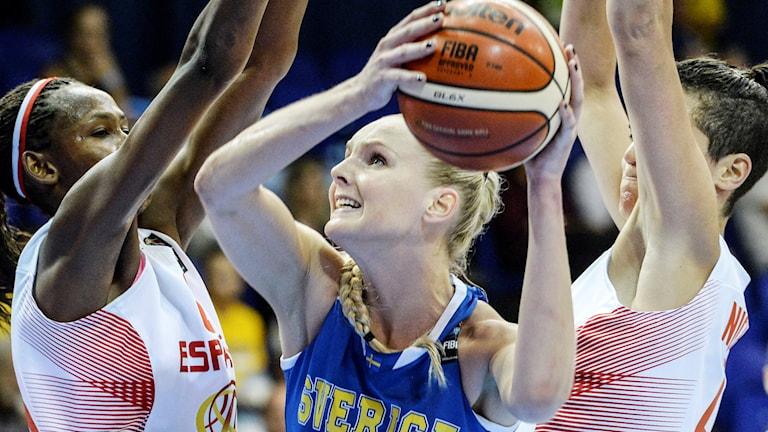 Louice Halvarsson håller i en basketboll över huvudet.