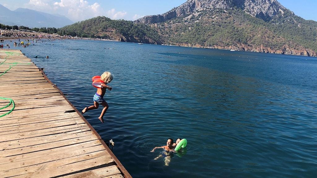 Två barn badar i havet i Antalya, Turkiet.