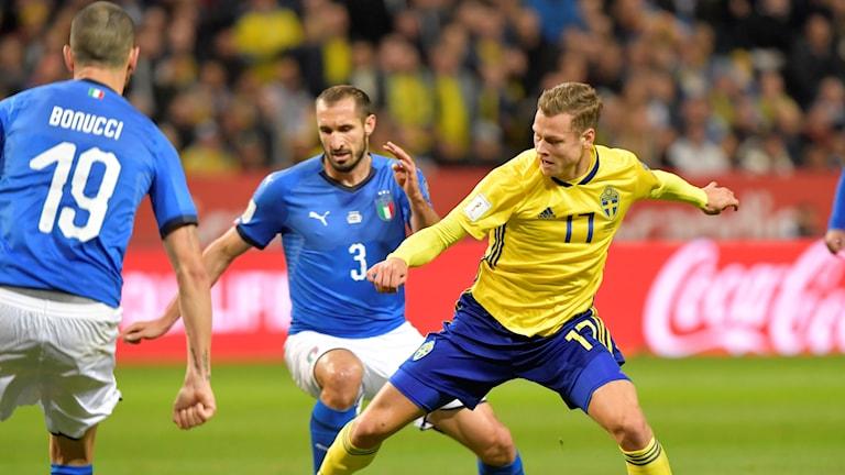 Viktor Claesson i hemmamötet mot Italien i VM playoffen.