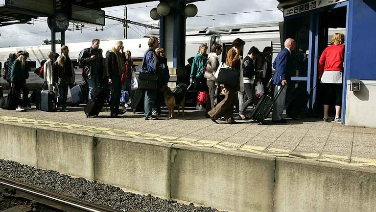 Tågpassagerare på stationen i Nässjö.