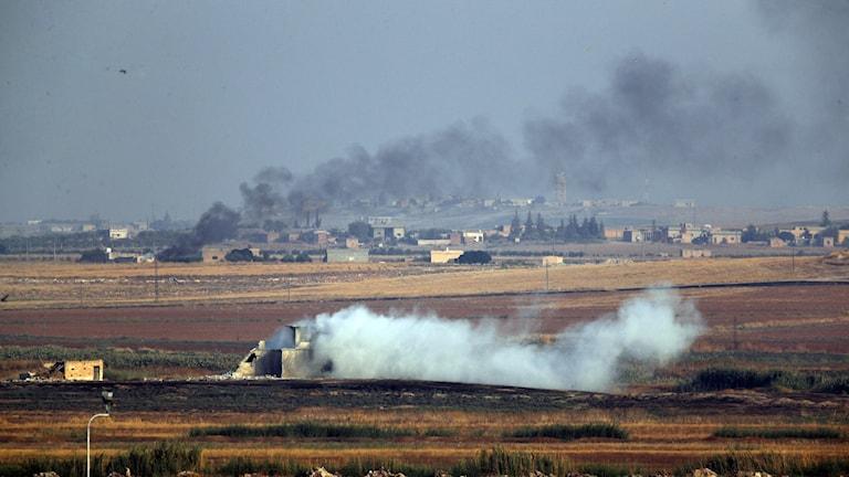 Bilden visar rökpelare från syriska mål som bombats i Syrien vid gränsen mellan Syrien och Turkiet.