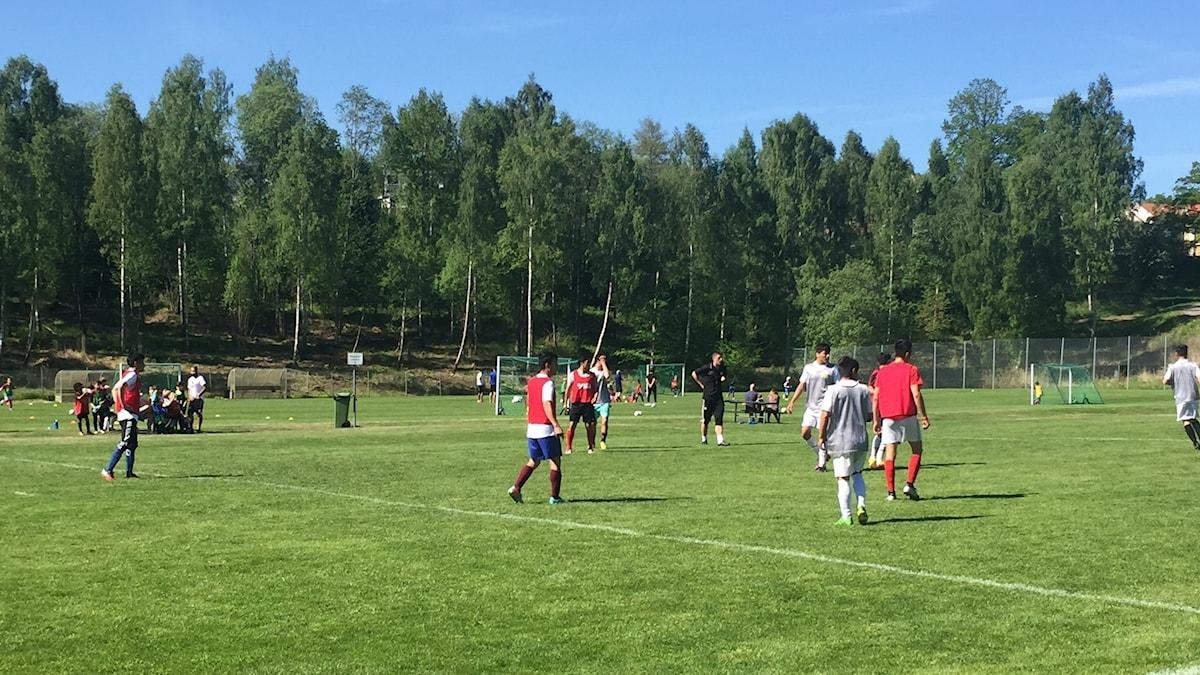 En fotbollsmatch spelas på det gröna gräset i Huskvarna.