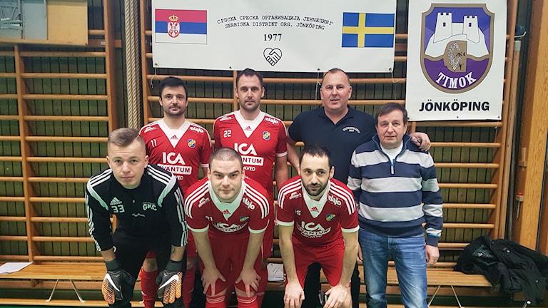 Ranco Tomovic i blå piké med sitt fotbollslag från Gislaved.
