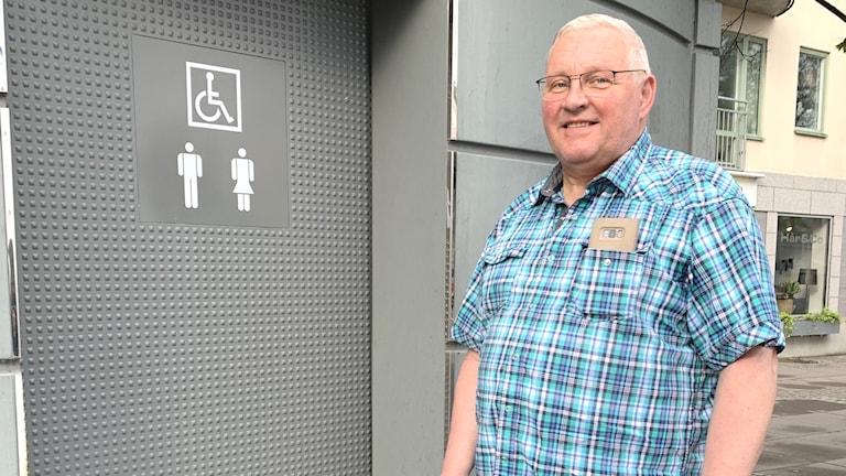 Man framför offentlig toalett