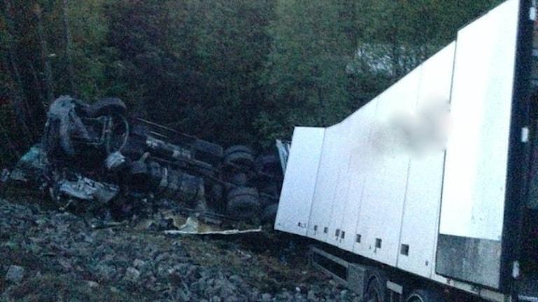 En lastbil ligger i en brant efter en olycka på E4.
