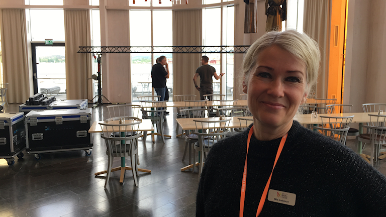 Mia Isaksson står i restaurangdelen av Spira som byggs om för bal.