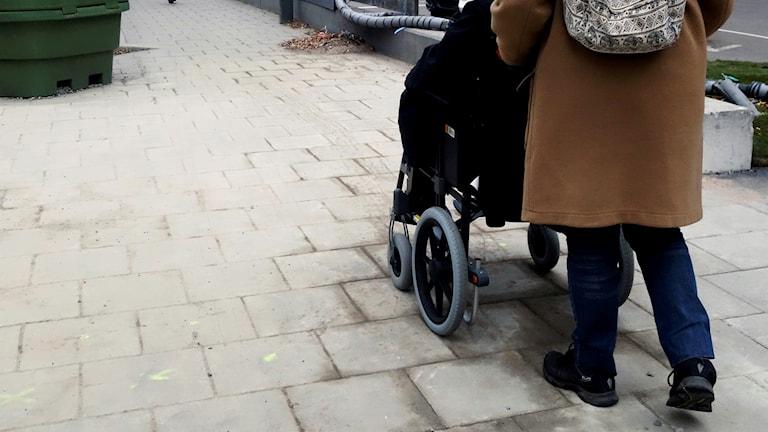 Personlig assistent och en rullstolsburen kvinna