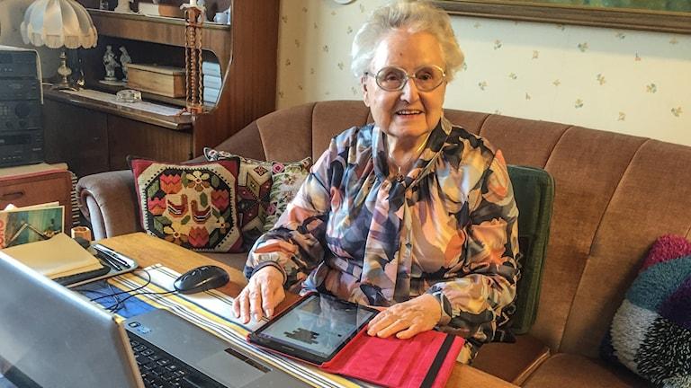 Olga Svensson med sin surfplatta och dator.