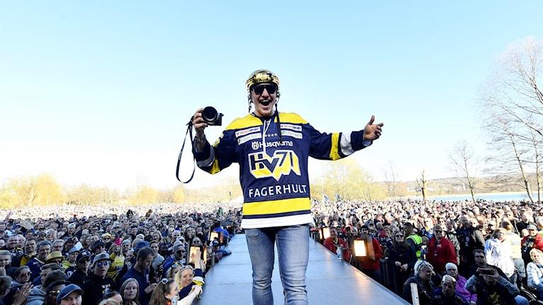 Andreas Borgman, firar SM-guldet med fansen i Knektaparken i Jönköping.