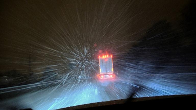 Lastbil på snöig väg.