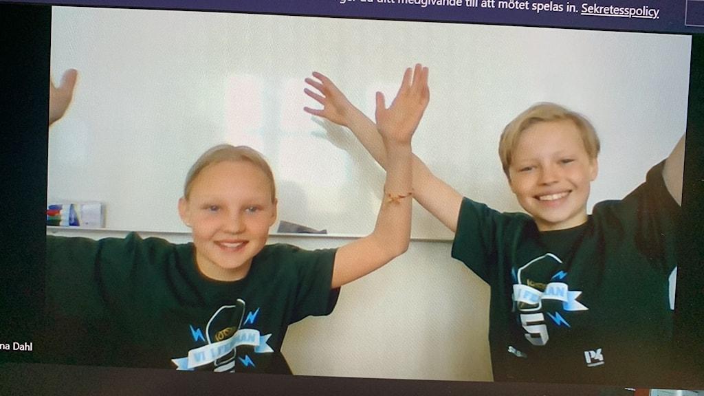 Glada barn med Vi i femman-tröjor