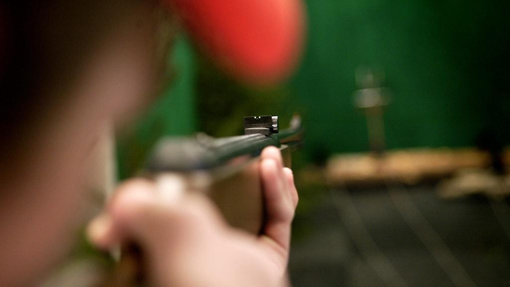 En man skjuter med luftgevär