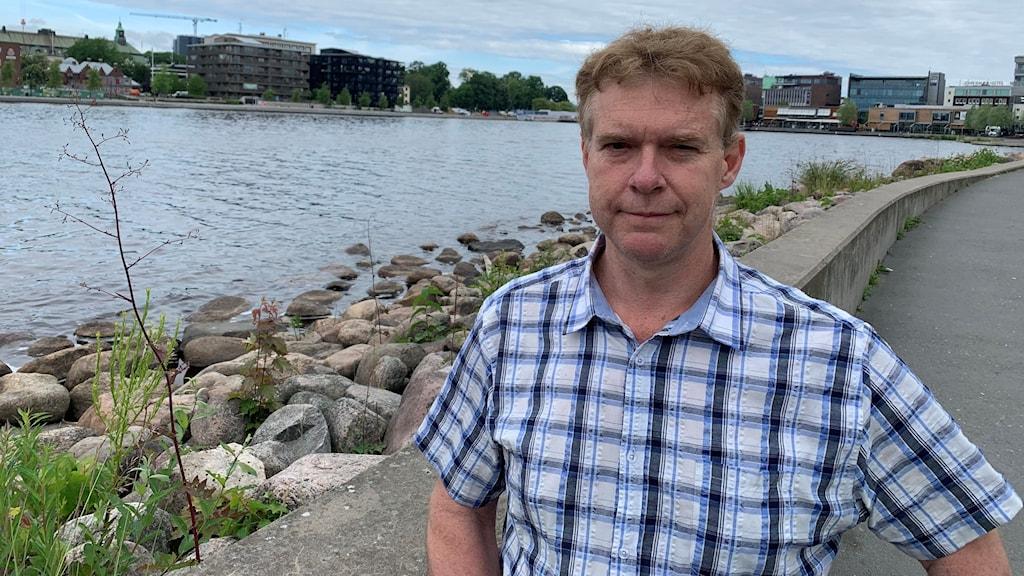 Paul Buckley står framför Munksjön i Jönköping.