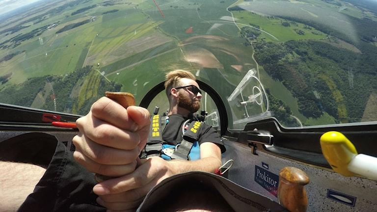 En man sitter i ett segelflyg