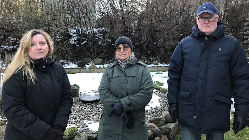 Katarina Prien, Marie och Urban Wikander står på en av tomterna på Mariebo.