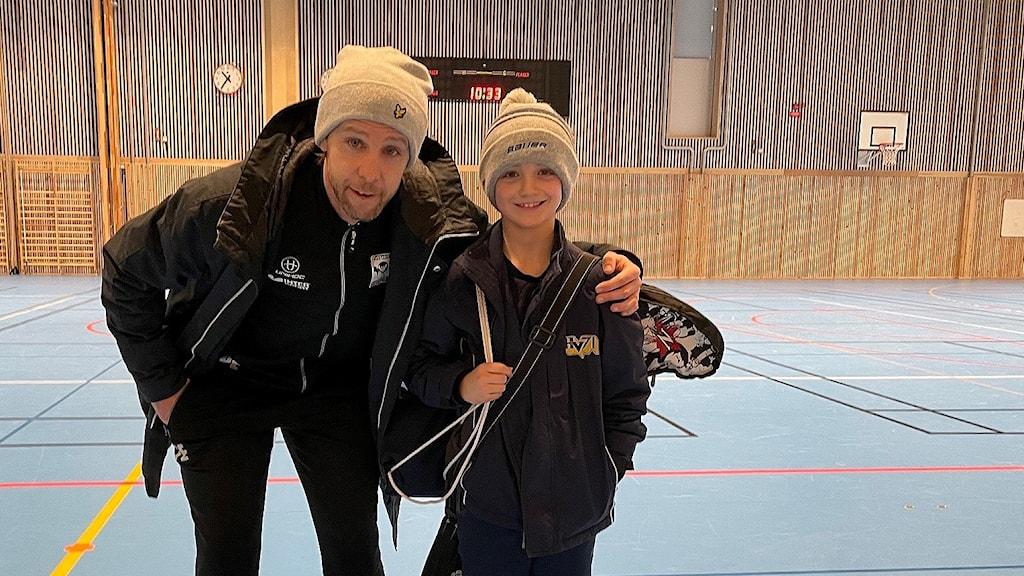 En tränare och spelare för innebandypojkar födda 2012 i Huskvarna.