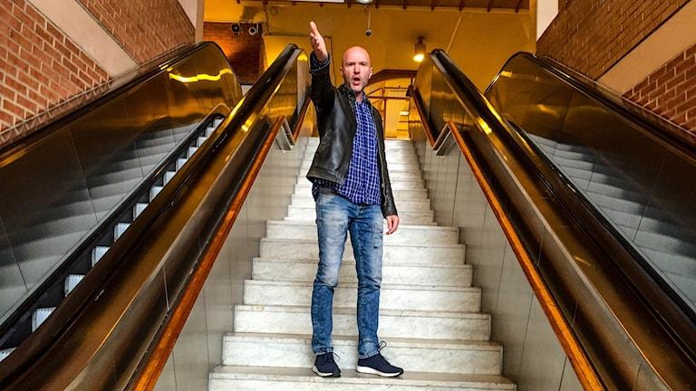 Jimmy Nejd står i en trappa och sjunger opera