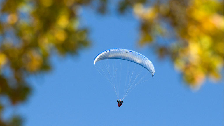 En skärmflygare på himlen.