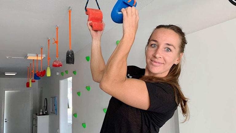 En kvinna klättrar i taket