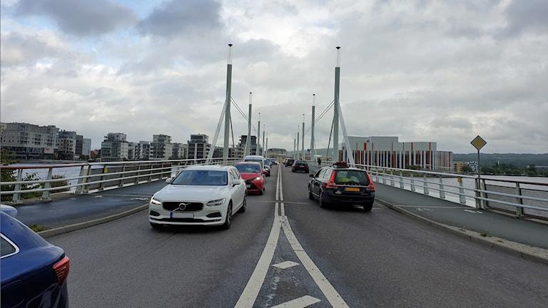 Bilar kör över en bro.