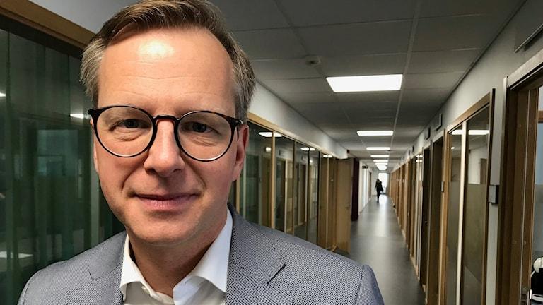 Mikael Damberg, socialdemokratiske närings- och innovationsministern står i en korridor.