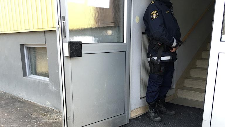 EN polis står i en trappuppgång där ett mord har skett.